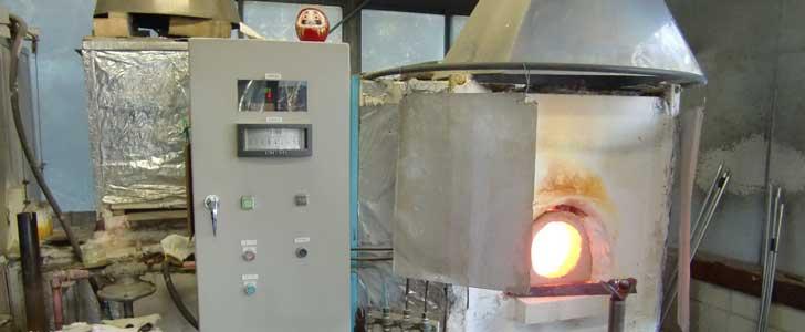 炉の温度は約1100°余り、真っ赤に燃え盛っています。